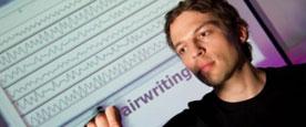 科学家研制高科技手套可隔空写字